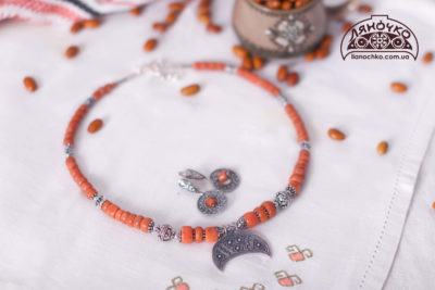коралі з срібною лунницею фото