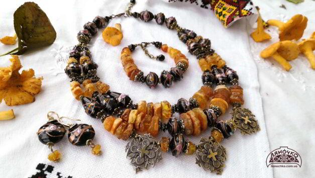 намисто сережки та браслет з бурштину та венеційського скла гуцулка ксеня