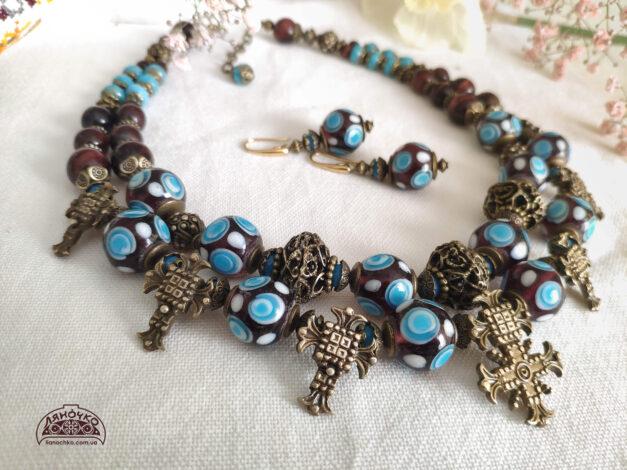 синє намисто зі згардою синьоока дівчина