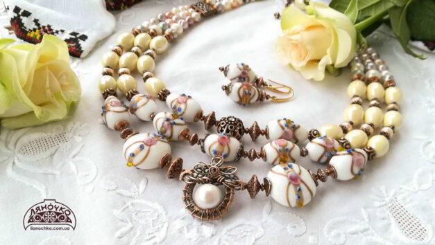 Намисто з венеційського скла кераміки перлин на виданні зблизька