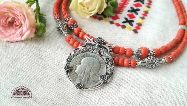 коралове намисто дві нитки з срібним дукачем та сріблом трояндове весілля зблизька